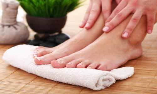 Непосредственно перед процедурой ноги следует вымыть с мылом, вытереть и несколько минут дать свободно «подышать»