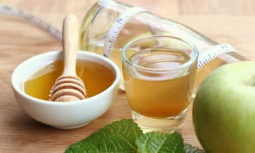 В равных частях смешивают уксус и мед, перемешивают, наносят на стопы и ногтевые пластины, оставляют на 20 минут. Затем смывают теплой водой и вытирают насухо