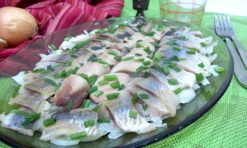 Соленая рыбы противопоказана при проблемах с поджелудочной поскольку создает повышенную нагрузку на железу, усиливая секрецию органов ЖКТ
